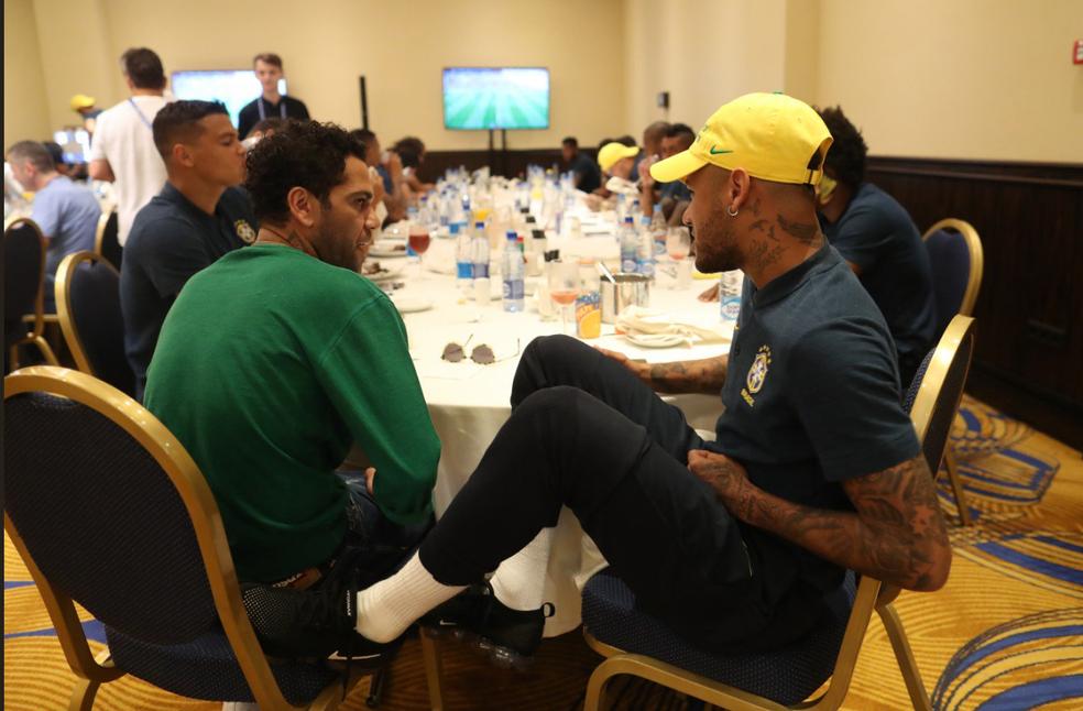 Daniel Alves conversa com Neymar na concentração (Foto: Lucas Figueiredo/CBF)