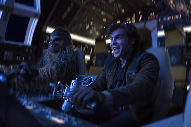 Han Solo e Chewbacca em cena do filme, na estreia do contrabandista pilotando a Millenium Falcon: deixe de preconceito e vá assistir ao filme! (Foto: Divulgação/Disney)