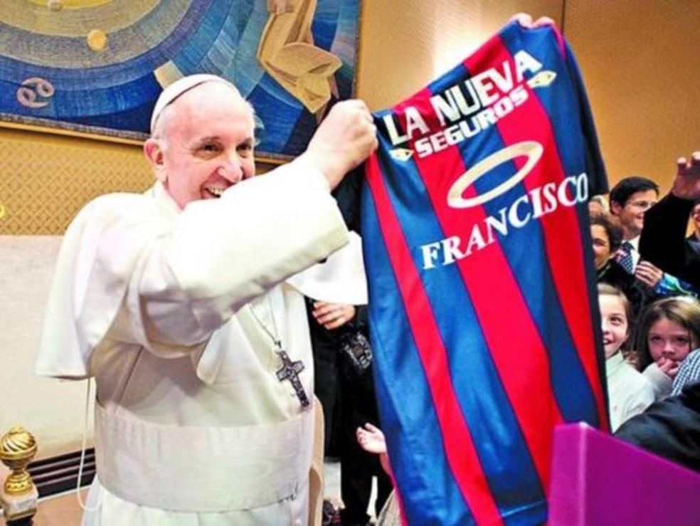 Tricolor? Não, o Papa Francisco é torcedor do time do San Lorenzo, da Argentina. (Foto: Reprodução)