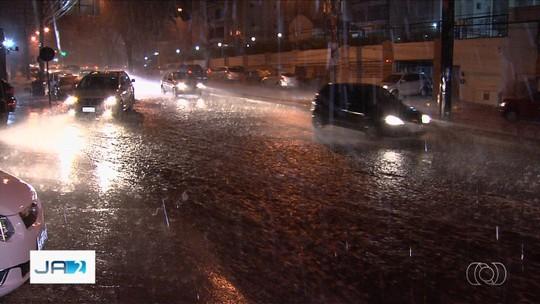 Chove em Goiânia e em cidades do interior de Goiás após meses de estiagem