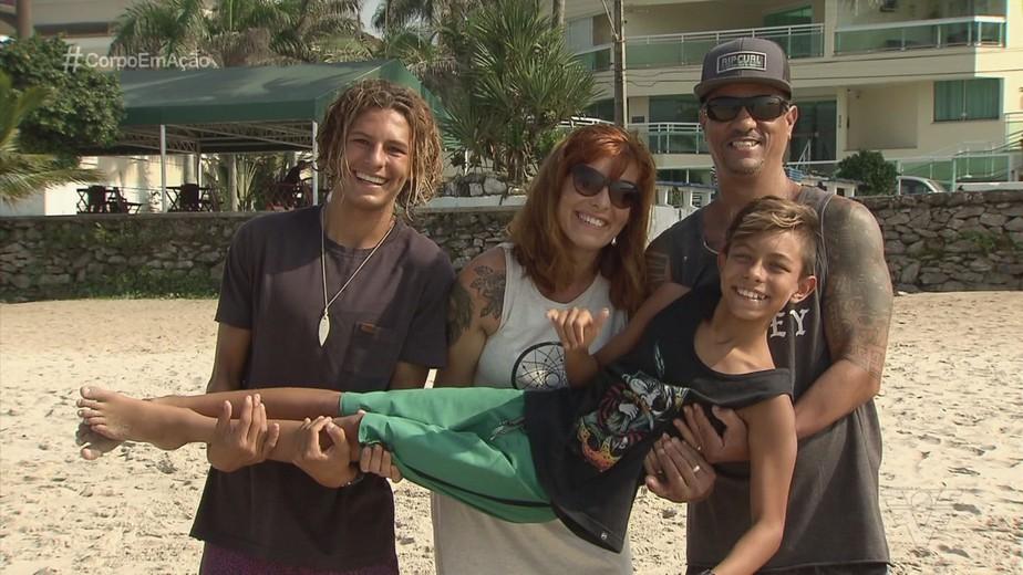 Família se muda para o Guarujá para aprimorar habilidades de surfista mirim