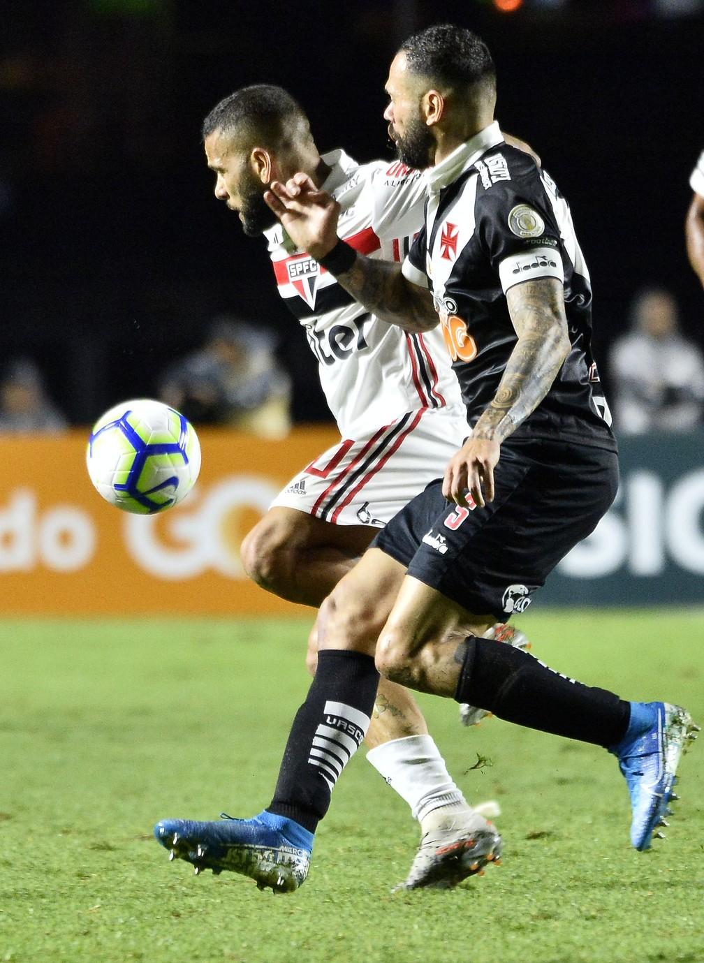Daniel Alves em disputa com Leandro Castán no jogo entre São Paulo e Vasco — Foto: Marcos Ribolli