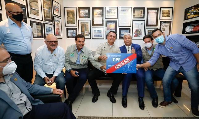 "Bolsonaro é criticado por posar com cartaz ""CPF cancelado"""
