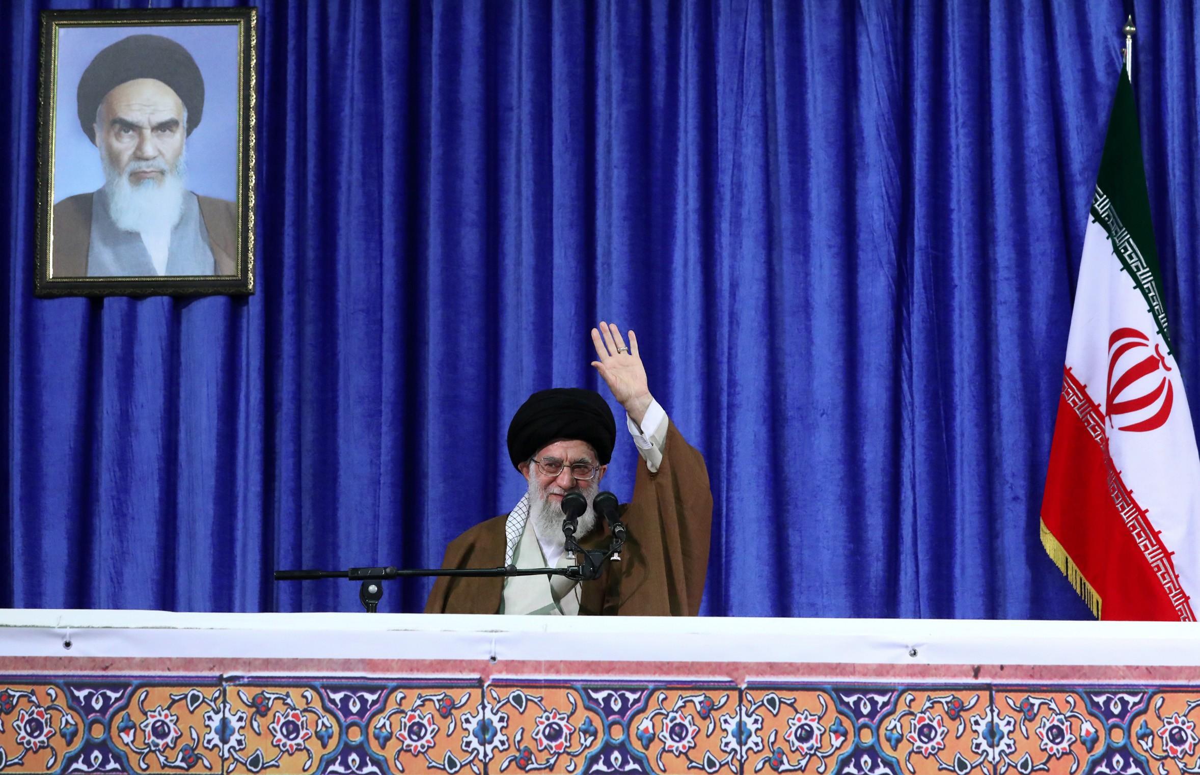 Aiatolá culpa Estados árabes apoiados pelos EUA por ataque em parada militar no Irã