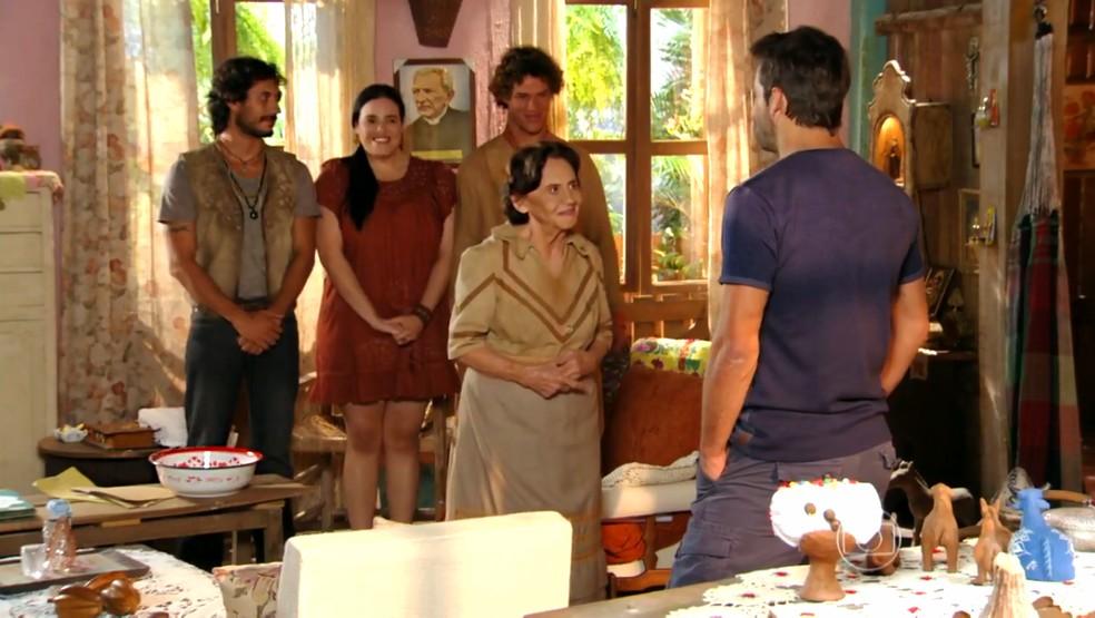 Veridiana (Laura Cardoso) diz a Cassiano (Henri Castelli) que ele estará protegido no sítio - 'Flor do Caribe' — Foto: Globo
