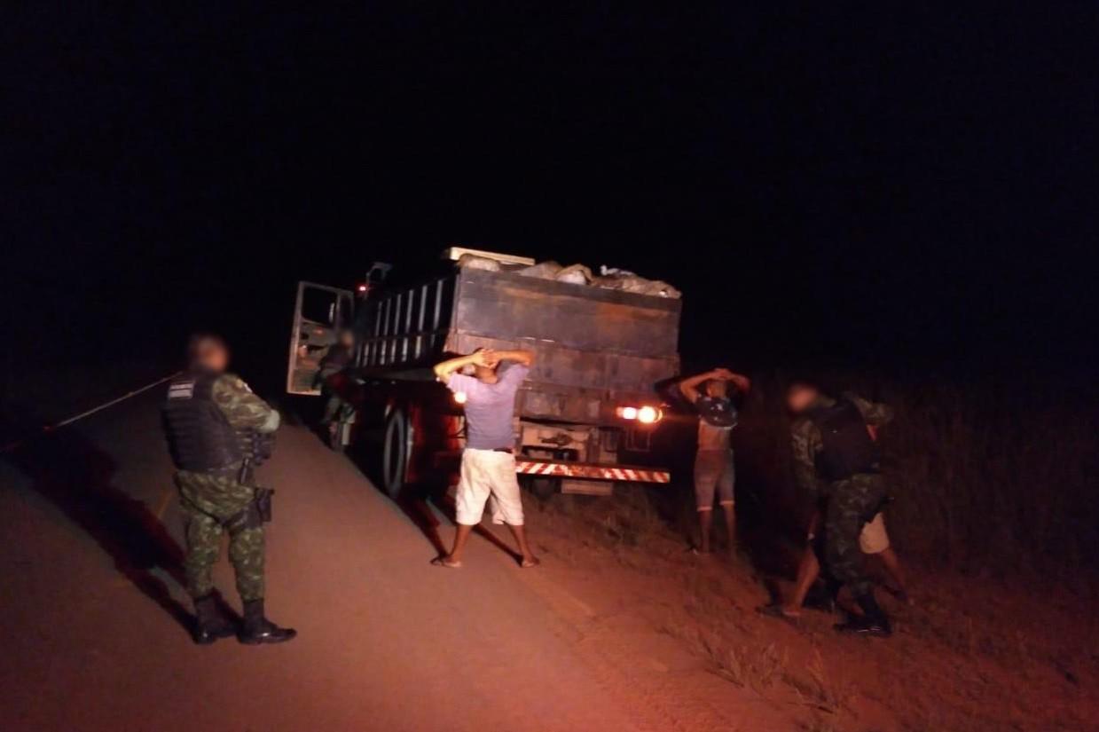 Cipa apreende caminhão com 8 mil litros de combustíveis, bebidas e armas em Boa Vista - Notícias - Plantão Diário