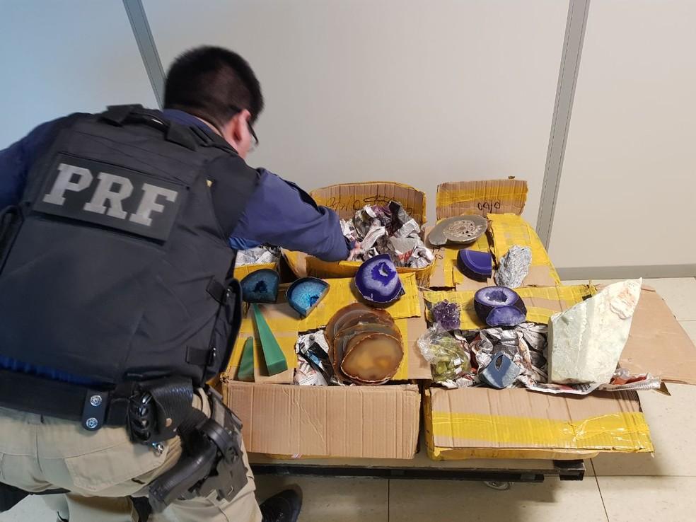 Material estava guardado em caixas dentro de ônibus que tinha saído de Cuiabá (Foto: Divulgação/PRF-AC)