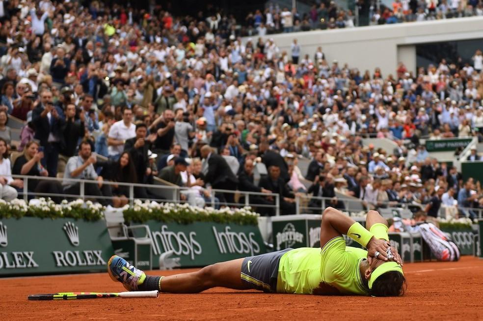 Rafael Nadal vai ao chão após a conquista — Foto: Divulgação/FFT