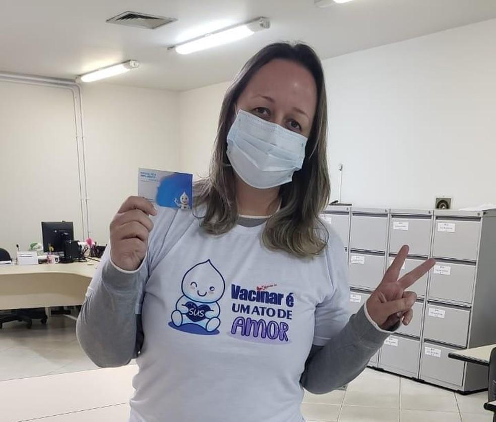 A fisioterapeuta tomou a segunda dose da vacina da Astrazeneca e seguiu com a amamentação de Joaquim por mais 20 dias — Foto: Maryucha Miranda/Arquivo Pessoal
