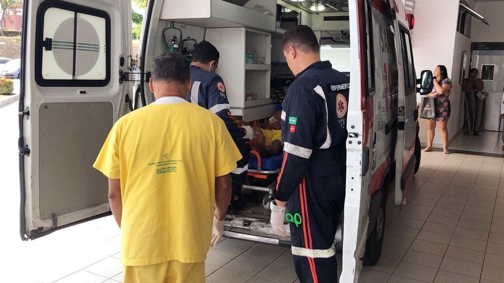 Vítima foi socorrida e encaminhada para o Hospital de Trauma de João Pessoa — Foto: Walter Paparazzo/G1