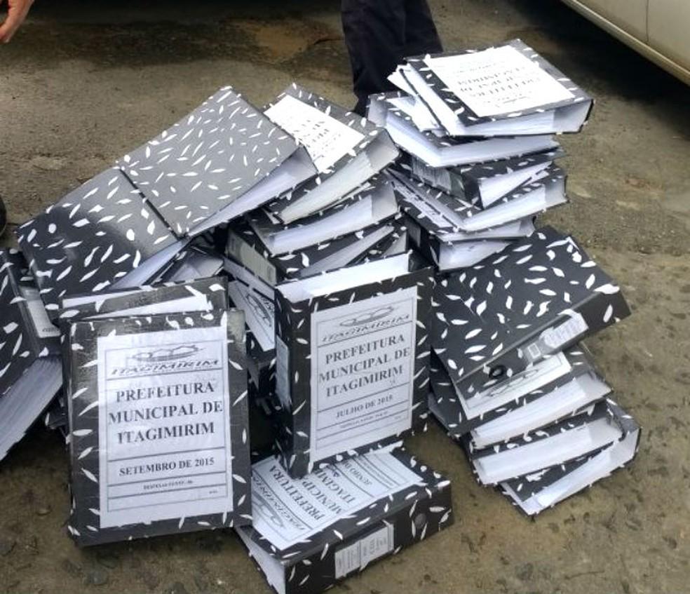 Documentos da prefeitura de Itagimirim recolhidos pela polícia na Bahia (Foto: Divulgação/Polícia Civil)