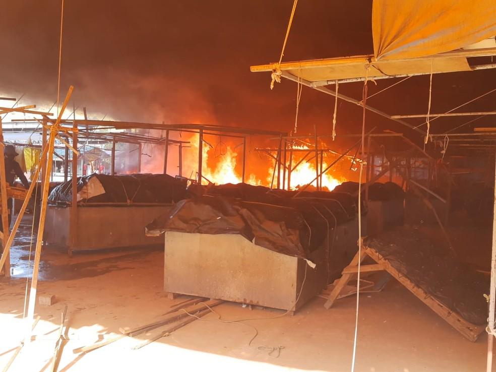 Chamas atingiram barracas que ficam no local. Não houve feridos — Foto: Giro Ipiaú