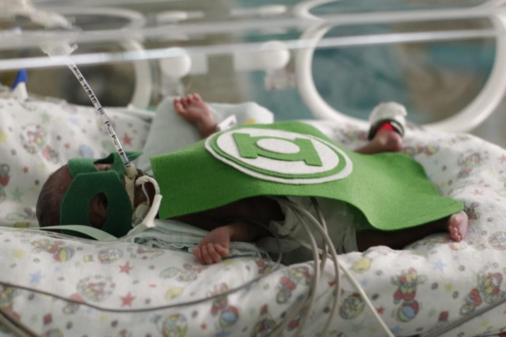 Bebê é fantasiado de super-herói durante ensaio fotográfico em hospital de Floriano — Foto: Divulgação / Hospital Regional Tibério Nunes