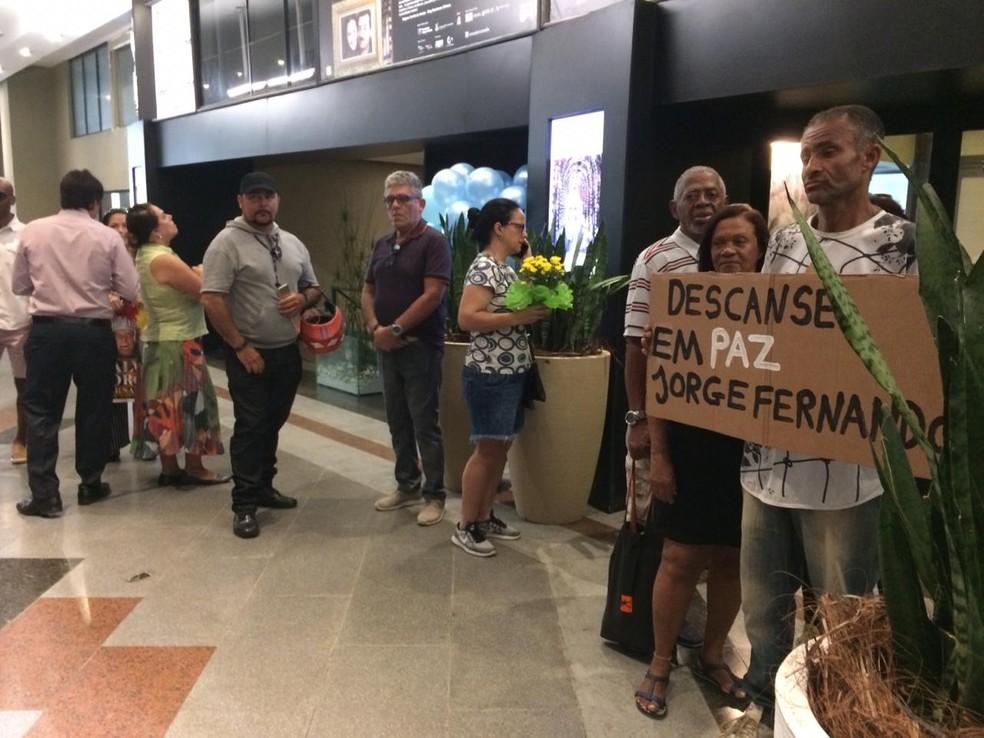 Fãs fazem fila para se despedir de Jorge Fernando — Foto: Raísa Pires / G1