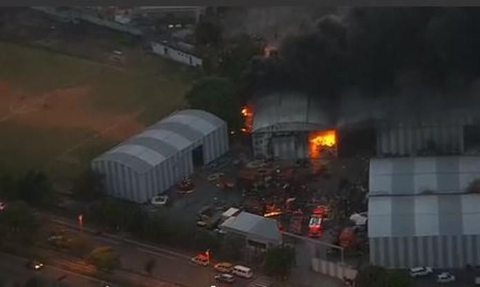 Fábrica do Samba é atingida por incêndio. Foto: Reprodução de TV