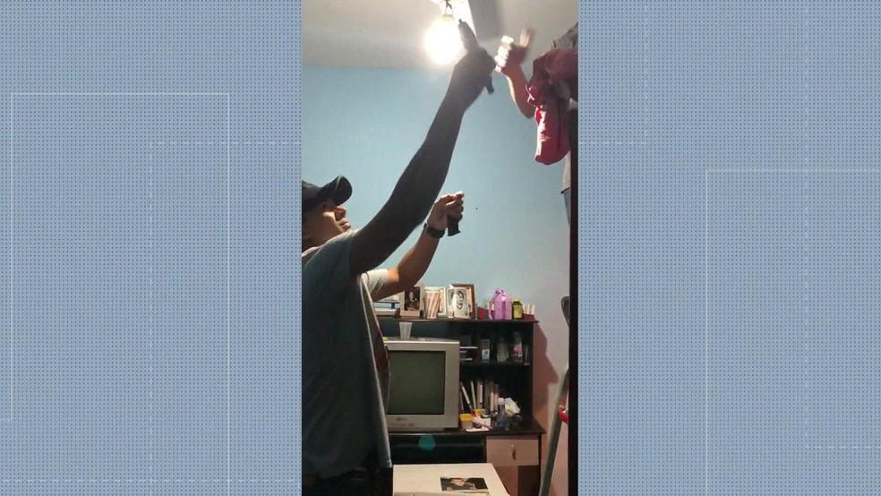 Pistola 9mm foi encontrada no quarto de Flávio, um dos filhos de Flordelis — Foto: Reprodução/ TV Globo