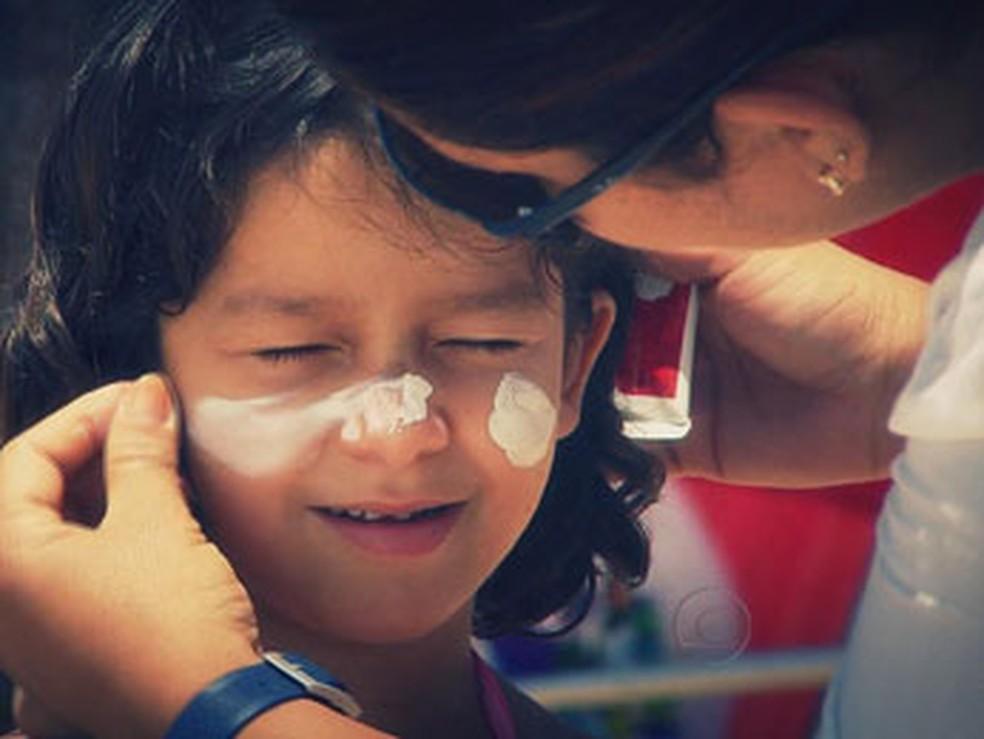 O protetor solar é parte da rotina de milhões de pessoas - inclusive bebês — Foto: Reprodução/TV Globo