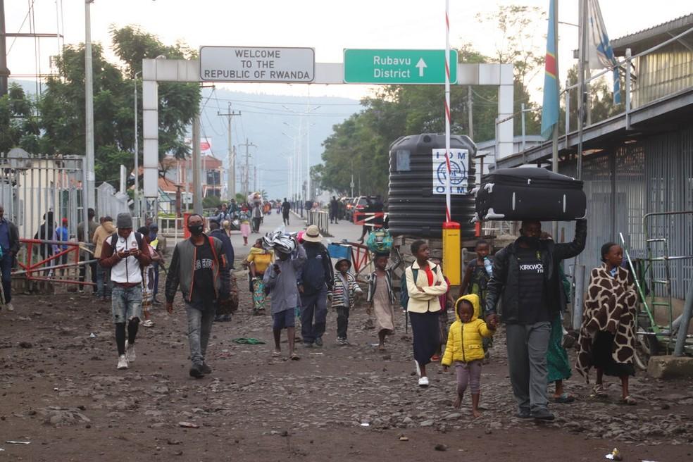 Moradores de Goma retornam à República Democrática do Congo no domingo (23) após se protegerem em Ruanda da erupção de vulcão — Foto: Justin Kabumba/AP