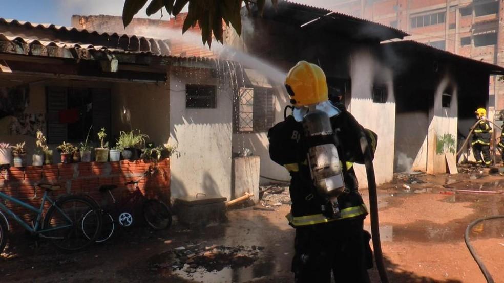 Equipes do Corpo de Bombeiros apagaram as chamas — Foto: Corpo de Bombeiros