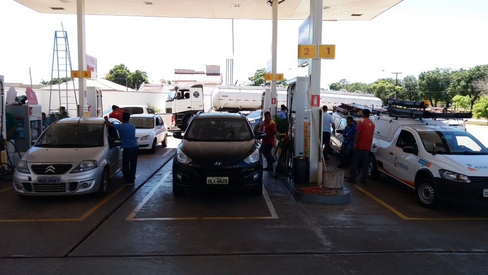 Posto começa a abastecer veículos após receber combustível (Foto: Dinaredes Parente/TV Anhanguera)