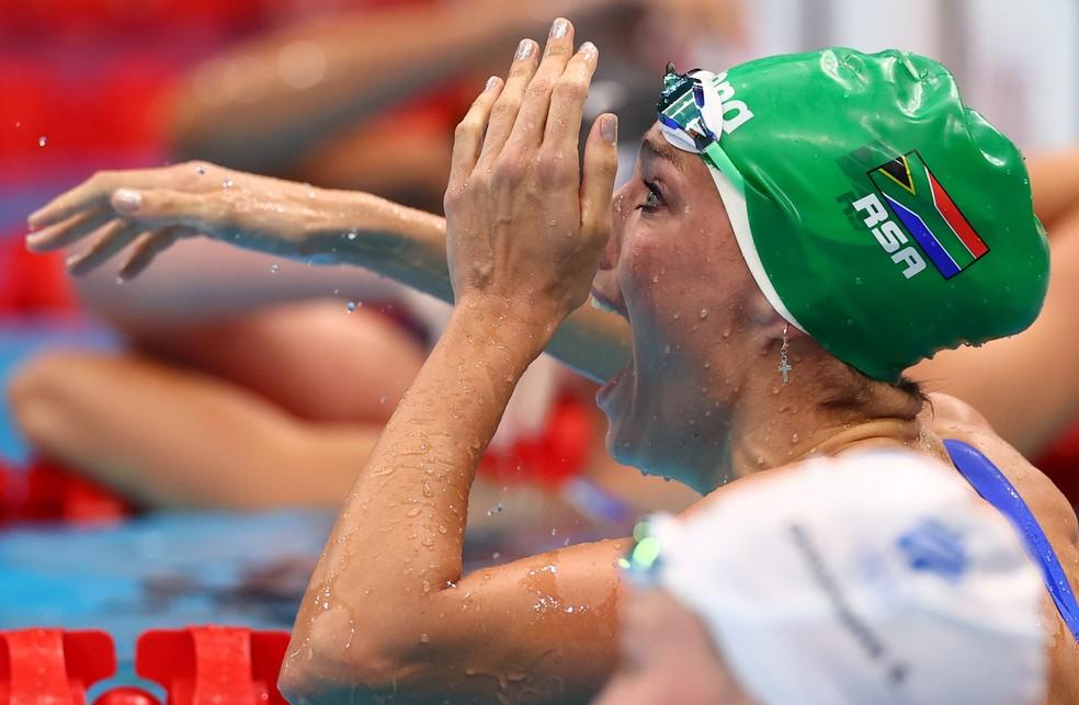 Sul-africana comemora ouro com recorde mundial na natação — Foto: REUTERS/Stefan Wermuth