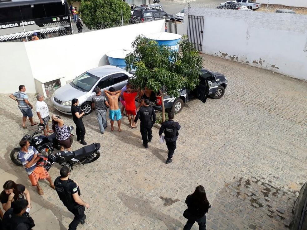 Em Santa Cruz, na região Trairi, operação 'Morro da Aranha' cumpriu vários mandados de prisão (Foto: Édipo Natan)