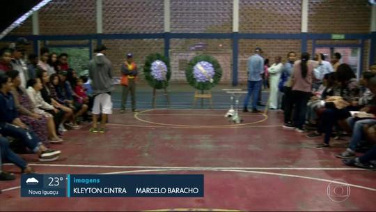 Velório de mortos em atropelamento lota ginásio em Guapimirim, RJ