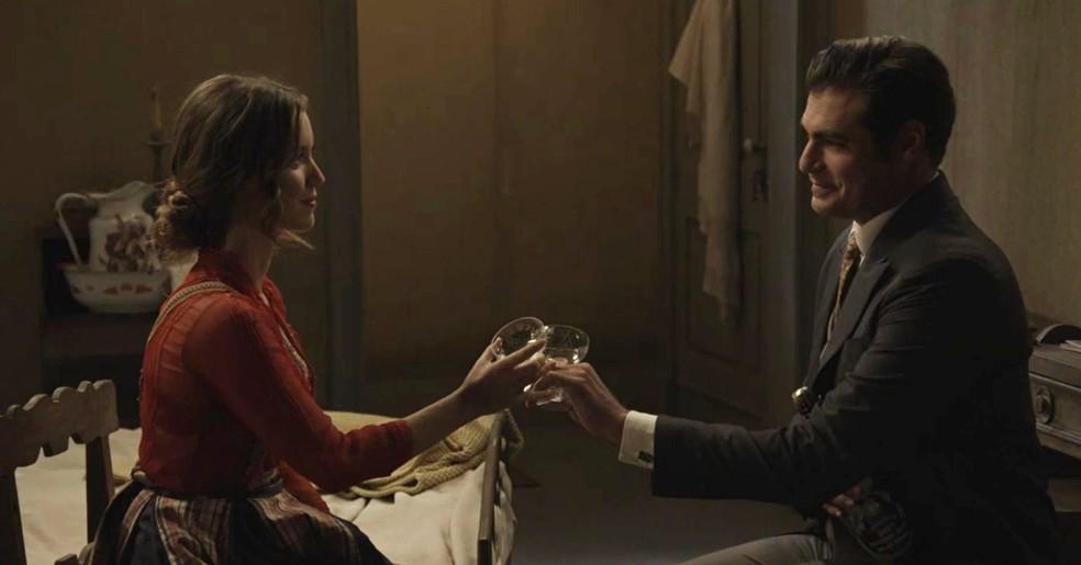 Elisa fica surpresa com a visita de Darcy (Foto: TV Globo)