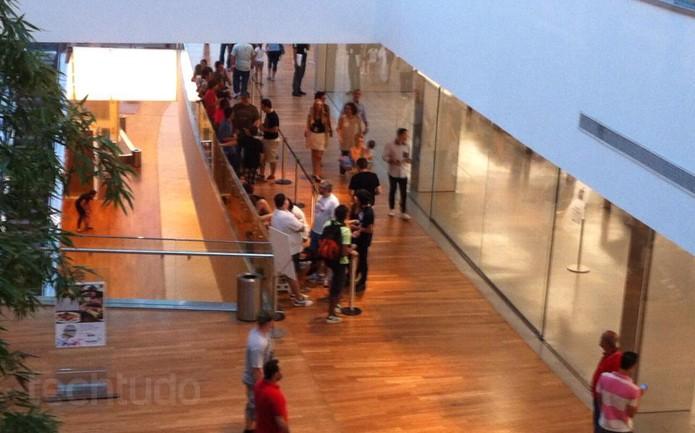 Fila para o lançamento da loja da Apple ganha volume no início da noite (Foto: Marcelo Sá)