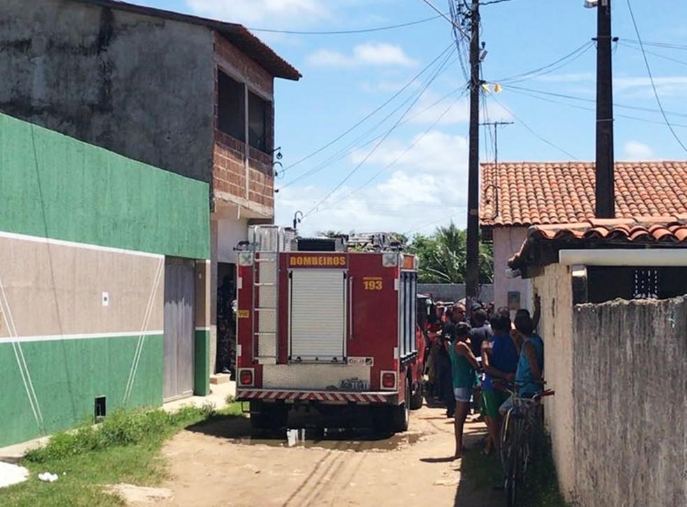Casa onde foram feitas as buscas tem um primeiro andar, mas aparenta ainda estar em fase de construção (Foto: Kleber Teixeira/Inter TV Cabugi)