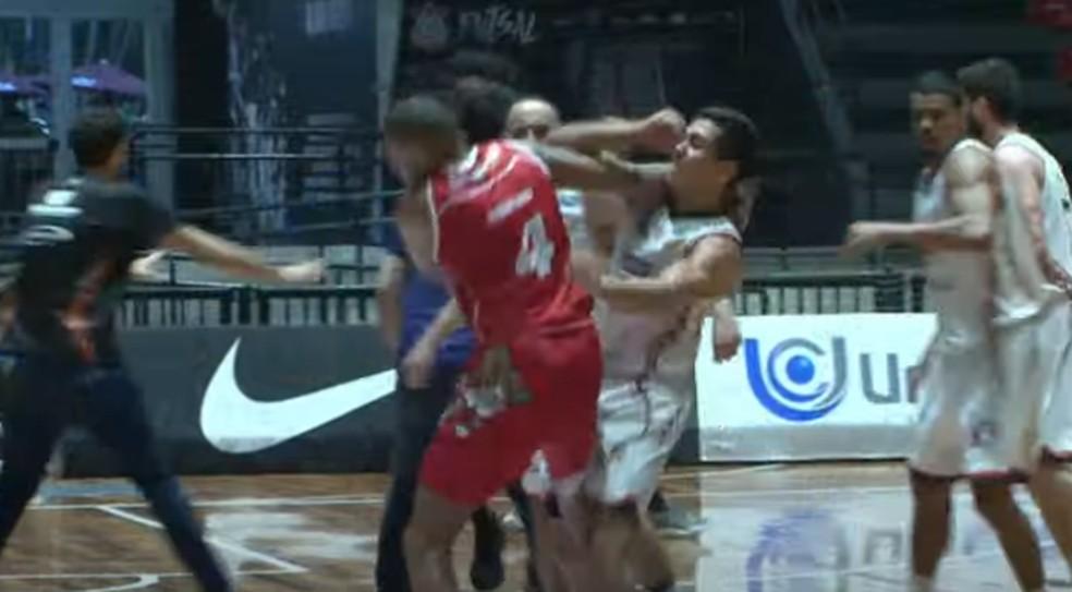 Briga generalizada entre jogadores de Osasco e Liga Sorocabana de Basquete — Foto: Reprodução/GCS TV