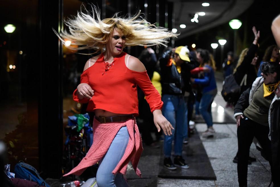 Ativista celebra fora da Câmara dos Deputados do Uruguai, em Montevidéu, a aprovação da lei que garante direitos a transgêneros na madrugada desta sexta-feira (19) — Foto: Matilde Campodonico/AP
