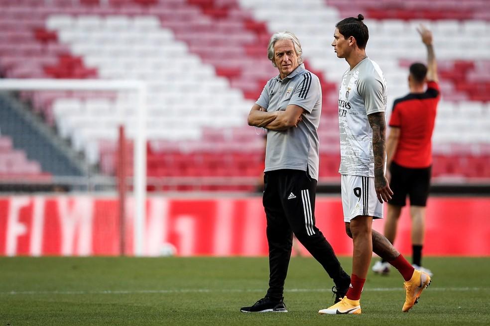 Jorge Jesus conversa com Darwin Núñez antes do amistoso do Benfica — Foto: Rodrigo Antunes/EFE