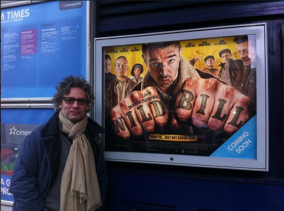 -  Dexter Fletcher é o novo diretor de 'Bohemian Rhapsody'  Foto: Reprodução/Twitter