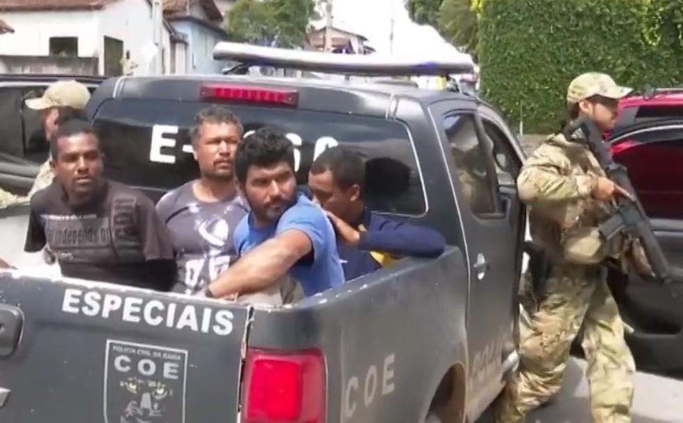 Segundo polícia, grupo ajudava prisioneiros do conjunto penal da cidade ao realizar transações bancárias, vendendo drogas e até matando pessoas. — Foto: Reprodução / TV Bahia