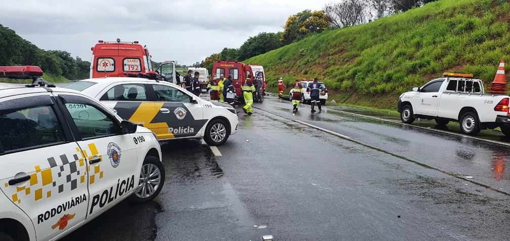 Pista no sentido Capital da Bandeirantes (SP-348) permaneceu interditada por mais de duas horas para resgate das vítimas em Sumaré (SP) — Foto: Polícia Militar Rodoviária/4º BPRv
