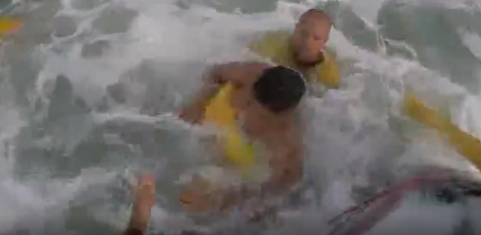 Adolescente é resgatado por bombeiros no mar em Guarujá, SP — Foto: Reprodução
