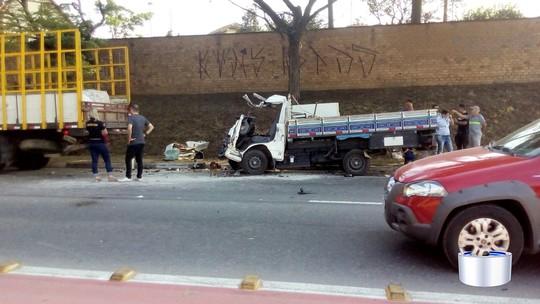 Acidente com caminhões deixa um morto e um gravemente ferido em Jacareí