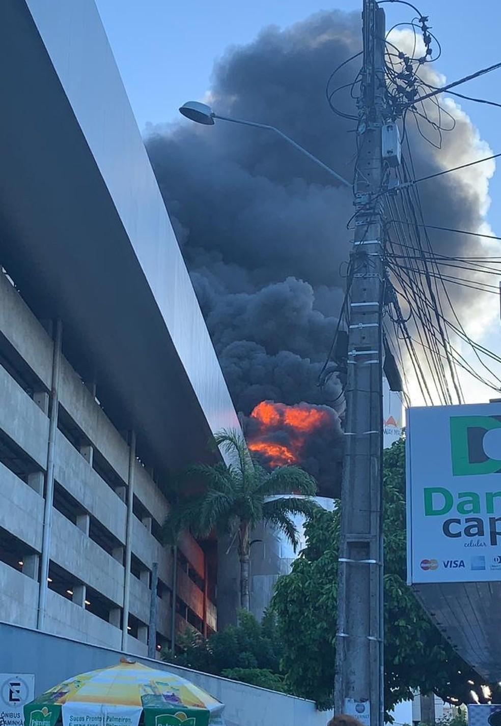 Incêndio atingiu maior shopping da capital potiguar — Foto: Redes Sociais