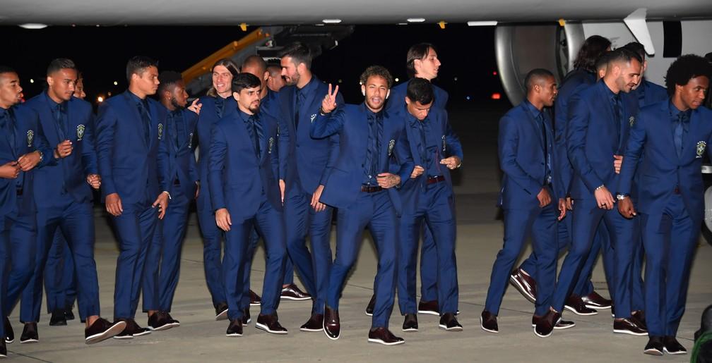 Neymar e Tite na chegada da seleção brasileira na Rússia (Foto: Nelson Almeida / AFP)