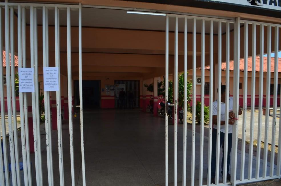 Fechamento dos portões na escola Alexandre Vaz Tavares foi tranquilo, sem correria ou atrasados — Foto: Victor Vidigal/G1