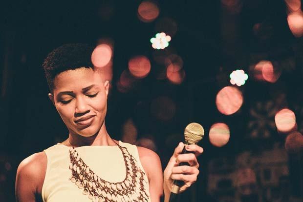A baiana Luedji Luna que encontrou por conta (e com ajuda de outras mulheres) um meio de viver de música (Foto: Laís Aranha)