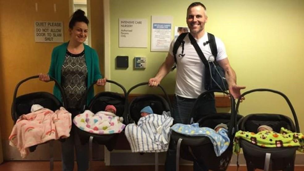 Amy e Chad Kempel saíram da maternidade levando cinco bebês para casa — Foto: Amy Kempel/BBC
