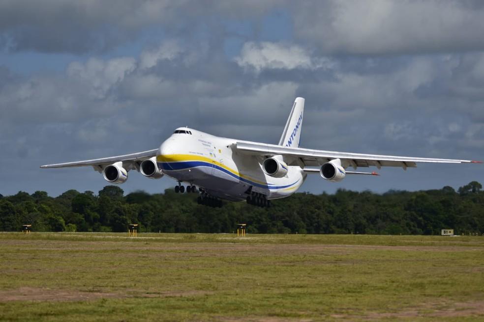 Maior avião comercial de cargas do mundo, em operação, o AN-124 Antonov pousa no Aeroporto de Natal — Foto: Pedro Vitorino/G1/Arquivo