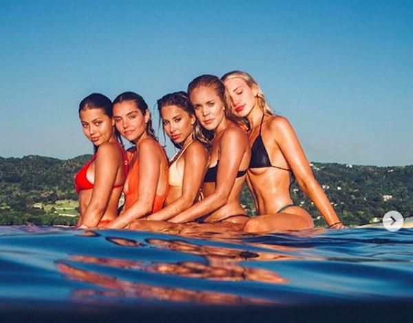 A modelo australiana Gabby Epstein com amigas (Foto: Instagram)