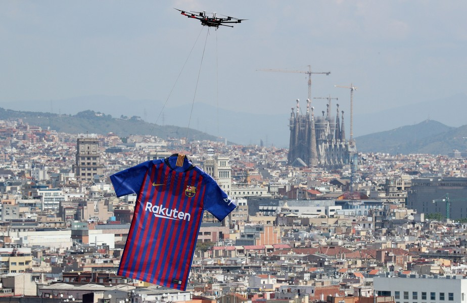 Barcelona lança novo uniforme com voo de camisa gigante pendurada em drone