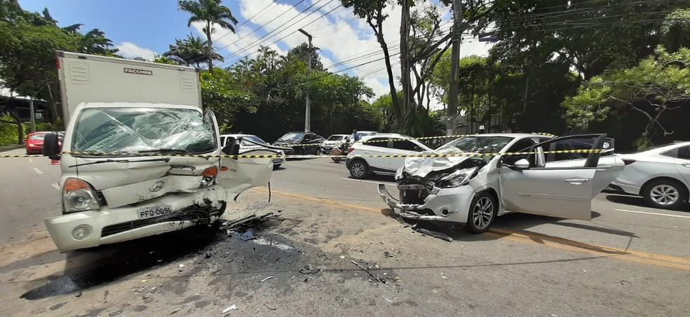 Acidente entre caminhão e carro deixou duas pessoas feridas e trânsito lento na Avenida Dezessete de Agosto, na Zona Norte do Recife — Foto: Elvys Lopes/TV Globo