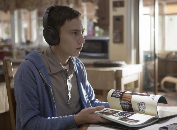 Com seu fone de ouvido antirruídos, Sam estuda em casa (Foto: Divulgação/Netflix)