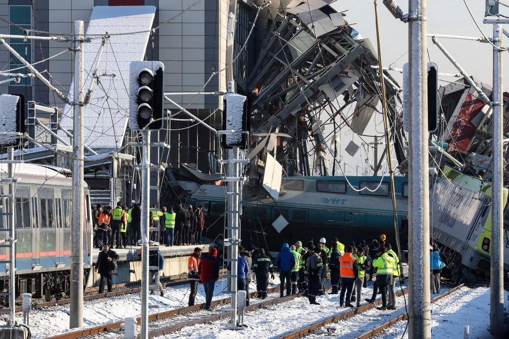 Bombeiros e medicos resgatam vítimas de acidente envolvendo trem de alta velocidade em Ancara, na Turquia, nessa quinta-feira (13)  (Crédito: Tumay Berkin / Reuters)