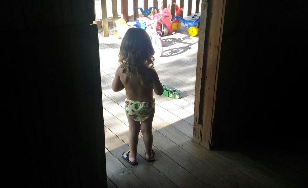 Criança foi chamada como menina até os dois anos de idade; mãe também teve que mudar todo enxoval  (Foto: Tácita Muniz/G1)